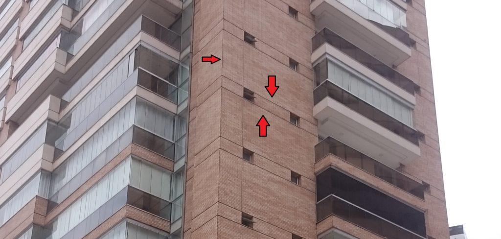 Fachada de edifício com juntas de movimentação e dessolidarização